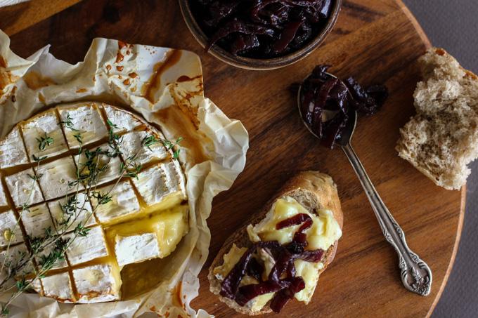 גבינת קממבר אפויה עם ריבת בצל