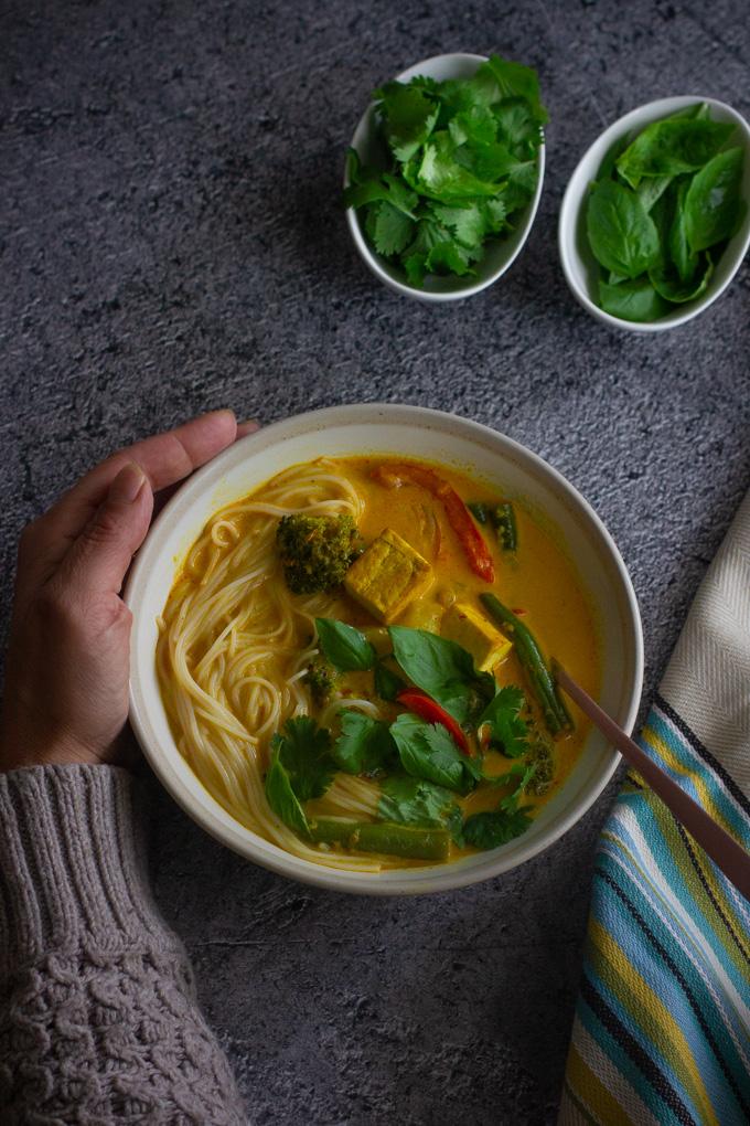 מרק קארי ירקות עם טופו וחלב קוקוס