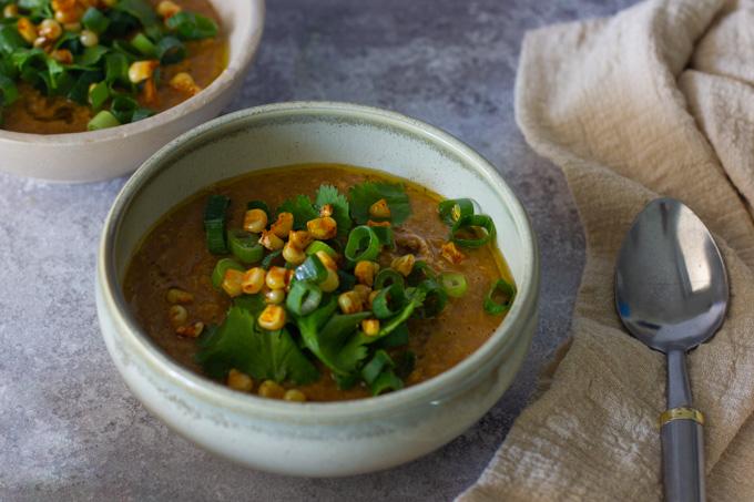 מרק תירס לבן ומיסו עם שמן צ'ילי