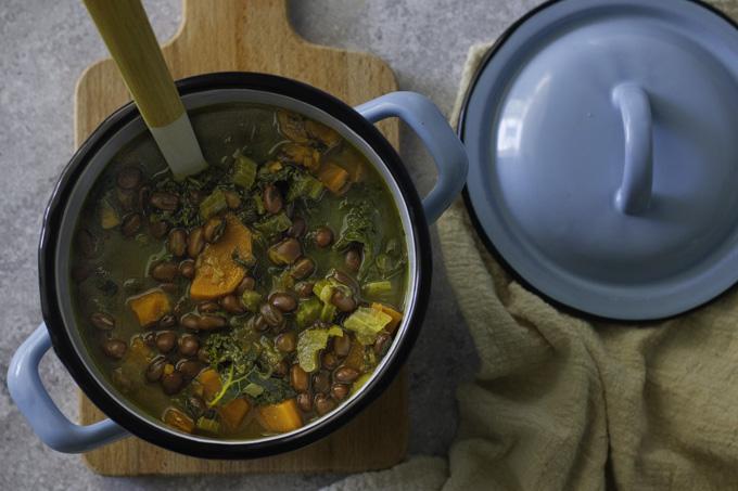 מרק שעועית אזוקי עם בטטה וקייל