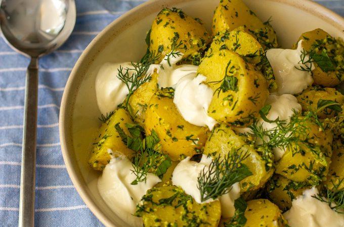 סלט תפוחי אדמה בפסטו כוסברה חריף ויוגורט יווני